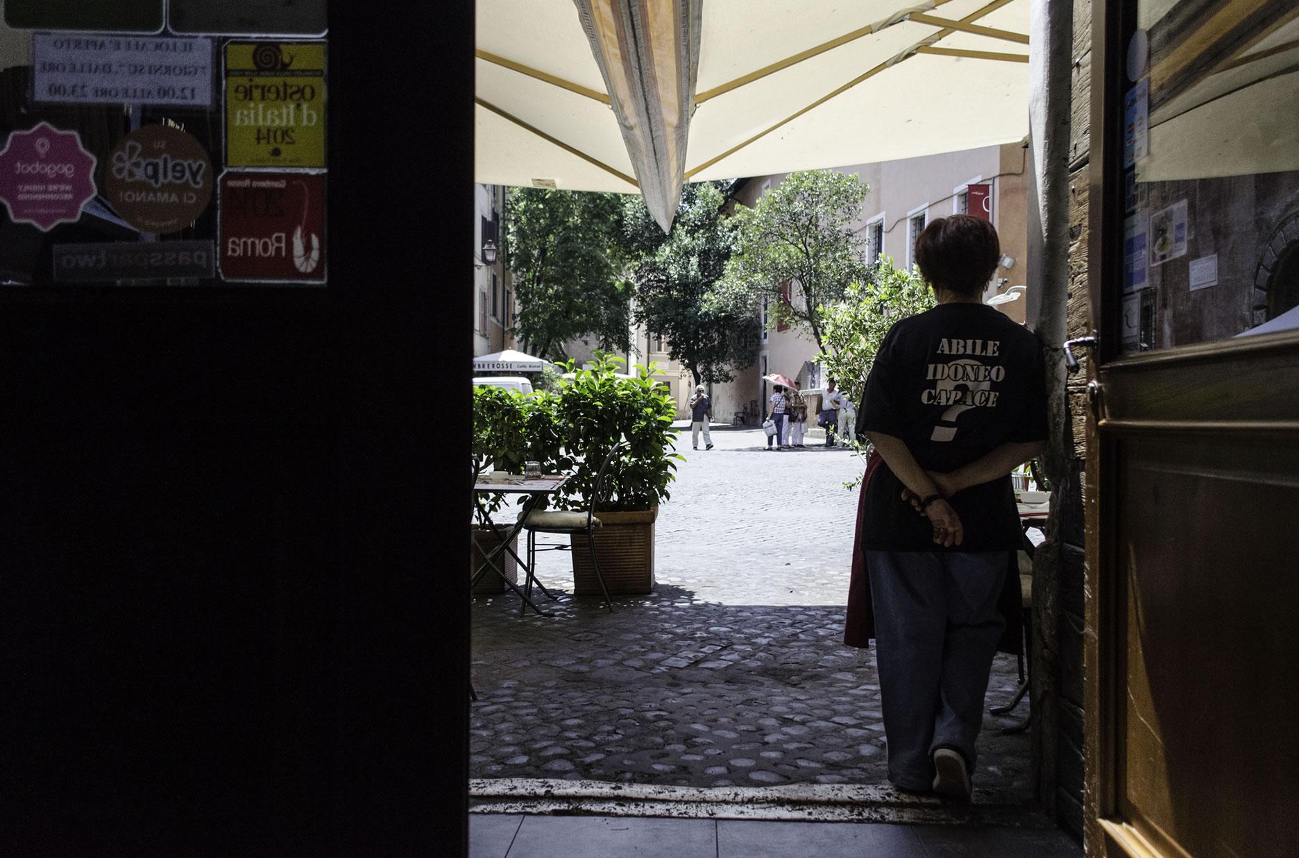 In attesa dei clienti in un lunedì afoso romano