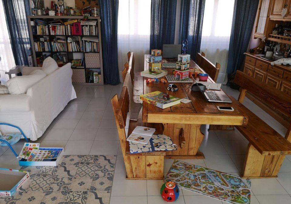 Un tavolo lunghissimo per conciliare famiglia e lavoro